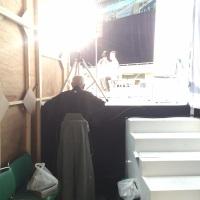 袖でガブリ付で追分社中の舞台を見る父(木津竹嶺)